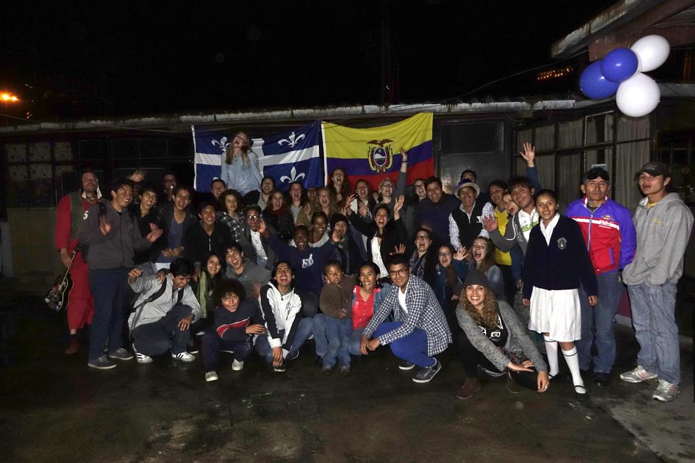 Photo de groupe en criant QUÉBEC! et QUITO!