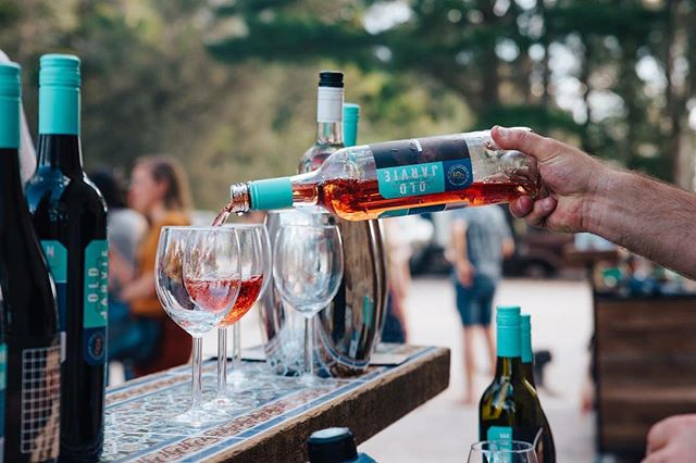 Sunday's. #rose #pourthis #oldjarviewines @kuitpo_hall @theporchsessions 📷: @fenj_ 🤙