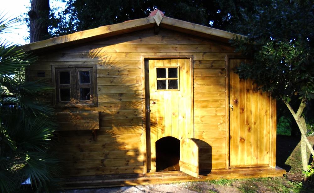 Abrigo-em-madeira-com-porta-pequena