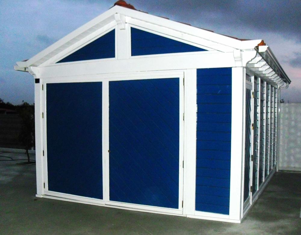 casa-garagem-em-madeira-azul-e-branca