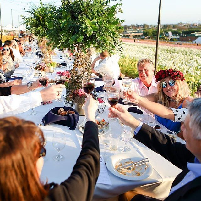 We love this picture from the @fieldtovasedinnertour - it represents everything the dinner is about; celebrating local flowers, enjoying local food and wine and having great conversations with fellow diners. The communal table ensures everyone is family by the end of the evening. If you'd like to go to one of these dinners let us know, we'd love to see you there.