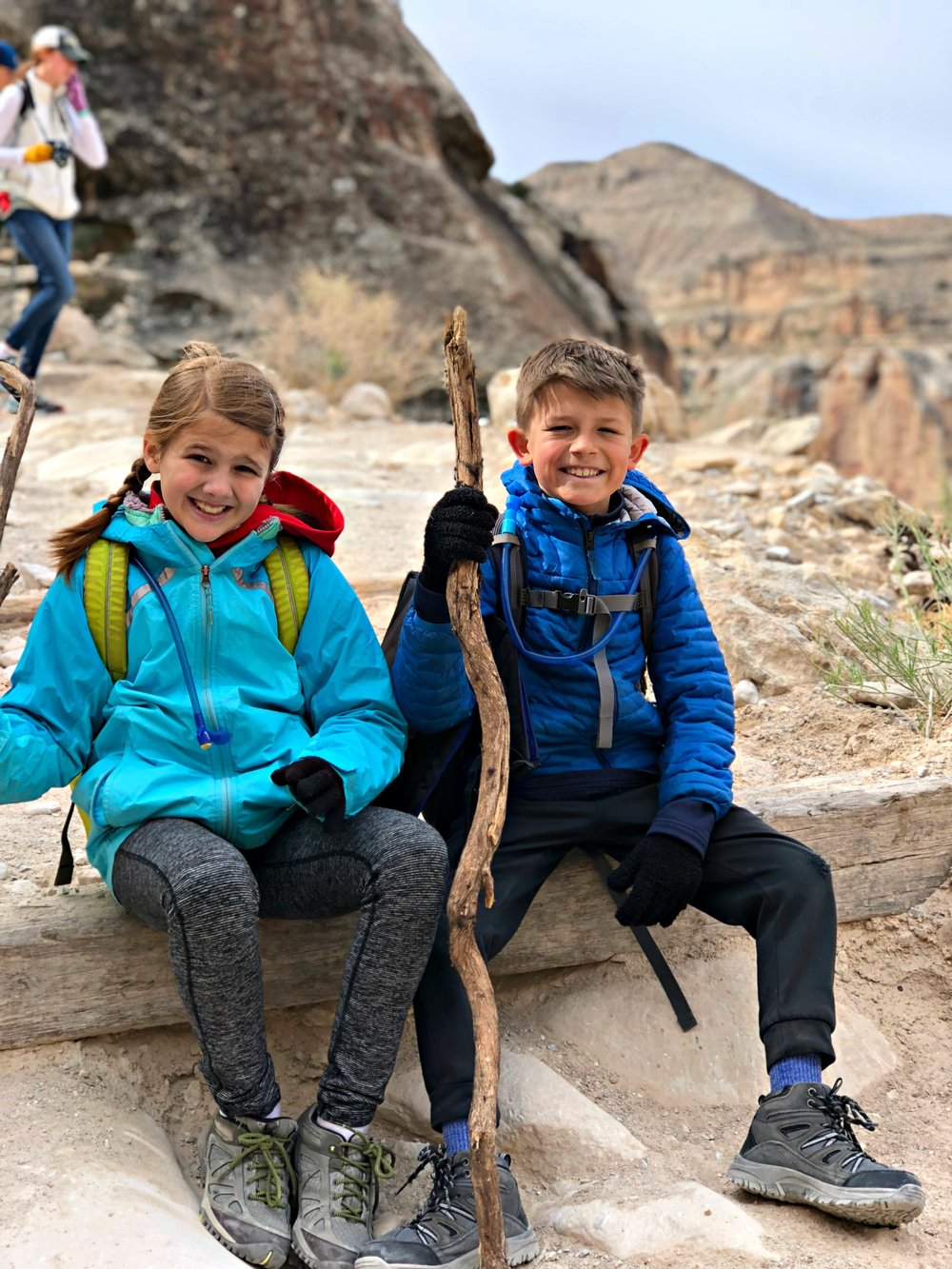 two-young-children-hiking-havasupai-trail