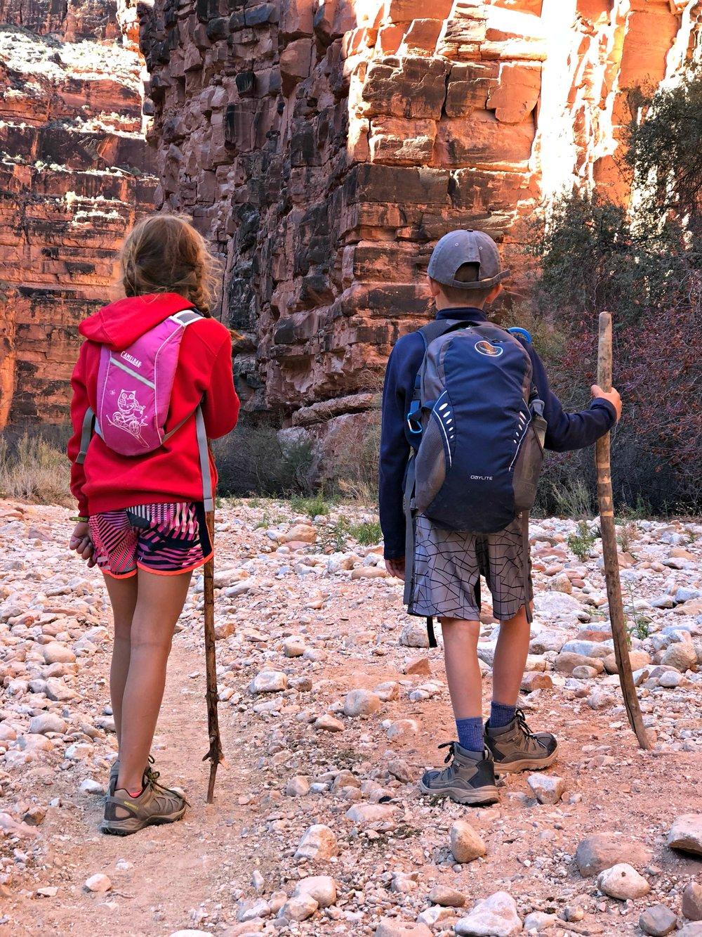 two-kids-hiking-up-havasupai-trail