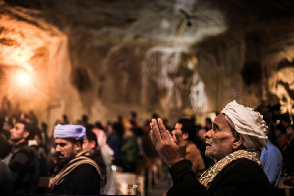 middle-east-christians-praying-cairo.jpg