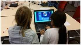 Kinderen bezig met een game coderen