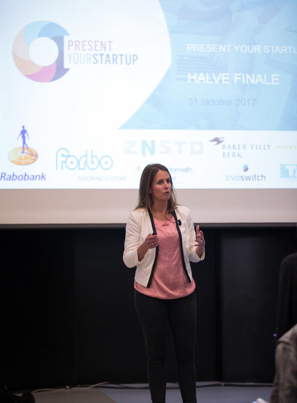 Valborg Korthals Altes op het podium tijdens de halve finale van Present Your Startup 2017