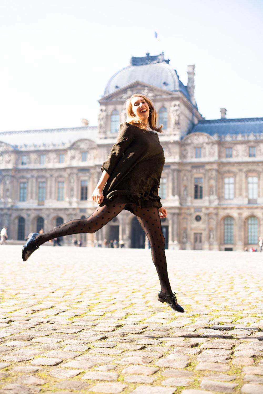 """Paula : """"C'est une image fun,on voit le Louvre derrière et on a l'impression que je vol """""""