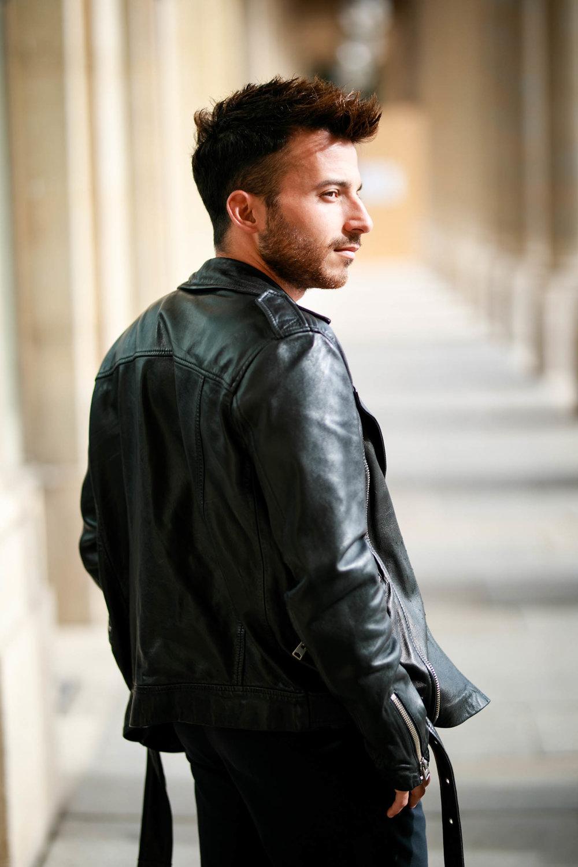 La photo coup de ♥ - J'aime cette photo, en premier pour le lieu : j'aime Paris, son architecture et ses ombres. Mais surtout parce que ce portrait raconte une histoire, qui pourrait être la mienne. J'ai le dos à moitié tourné car je ne me préoccupe plus vraiment de l'opinion des autres sur mon image. Je suis désormais confiant face au tournant que prend, aujourd'hui, ma vie.