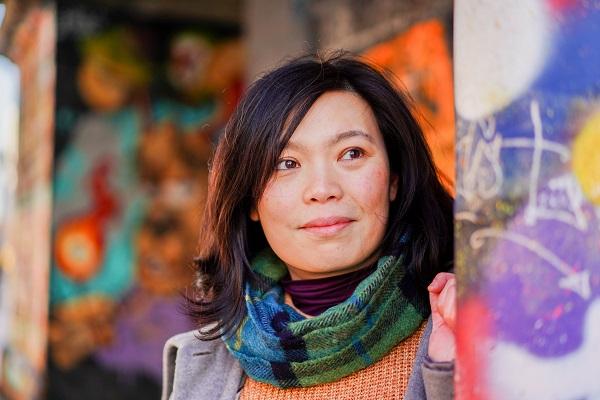 Portrait Street - Tags, passerelles de métal et couleurs saturées pour des portraits de caractère.Paris 19ème