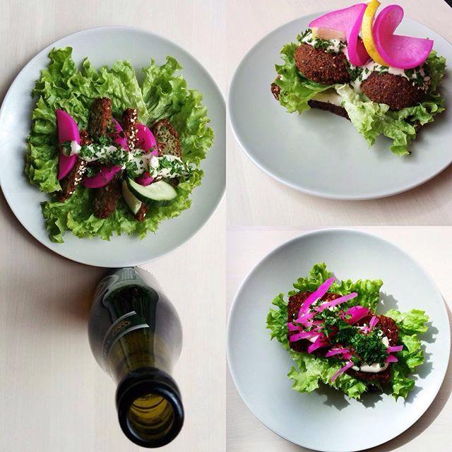 Så er vi klar til en ny uge med falafel i alle afskygninger! Sidste uges #falafelfredag bød på Grimhøjtbelagt smørrebrød med falafel, syltede sager, salat og tahindressing. Velbekomme!
