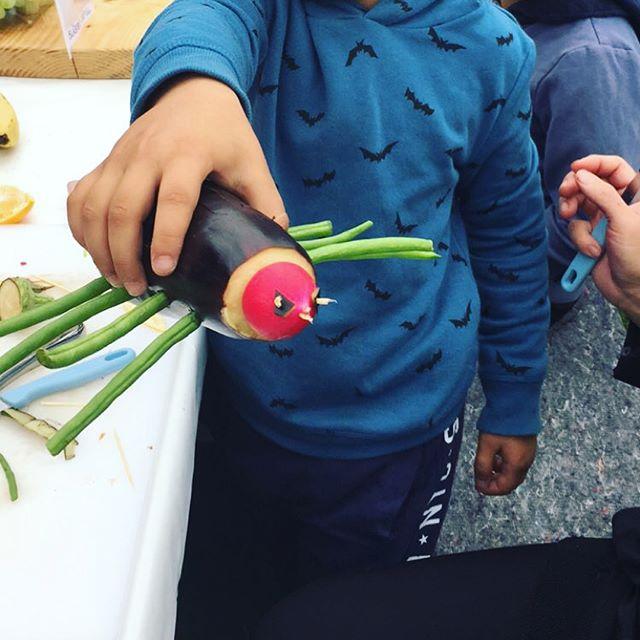 Så er det efterårsferie i Gellerup — i samarbejde med @foodfilmfestivaldk @kaffefair & @verdenshaverne er der film, mad og workshops i dag og i morgen 🌱💯📺🍂 #foodfilmfestival #smagalagellerup #bålhygge #workshop #forbørnogvoksne #verdenshaverne #gellerup