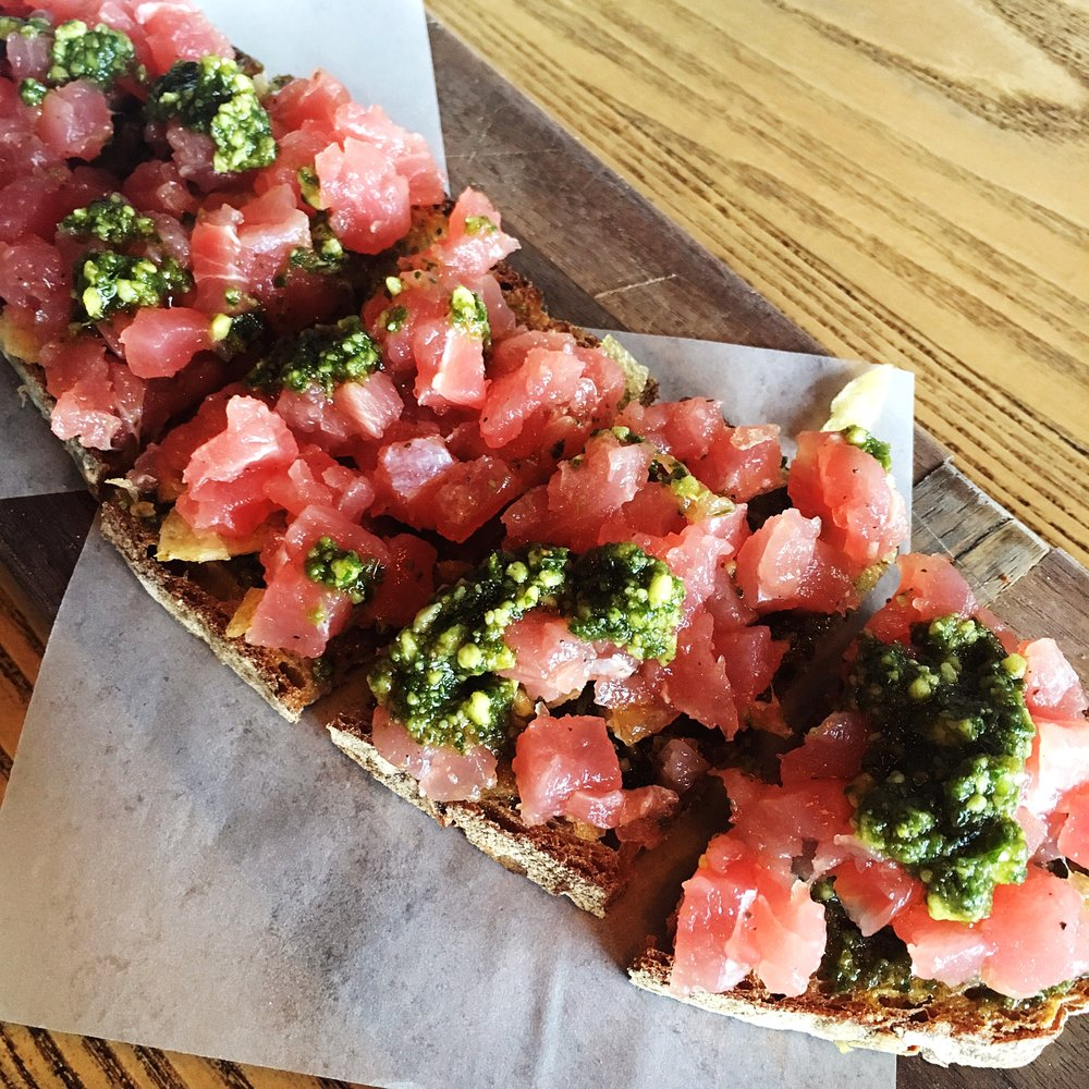 Tartine: tuna tartar with vegan pesto