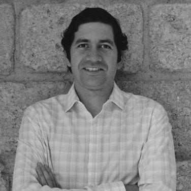 Carlo del Valle   Carlo tiene estudios de publicidad por el CECC y una maestría en sociología y demografía por la Universitat Pompeu Fabra de Barcelona. Es co-fundador del laboratorio de diseño de comportamiento NUDØ, en donde se especializa en re-diseñar el comportamiento de las personas a través del diseño e implementación de Nudges. También es co-fundador del Instituto Mexicano de Economía del Comportamiento A.C. Rugbier empedernido.