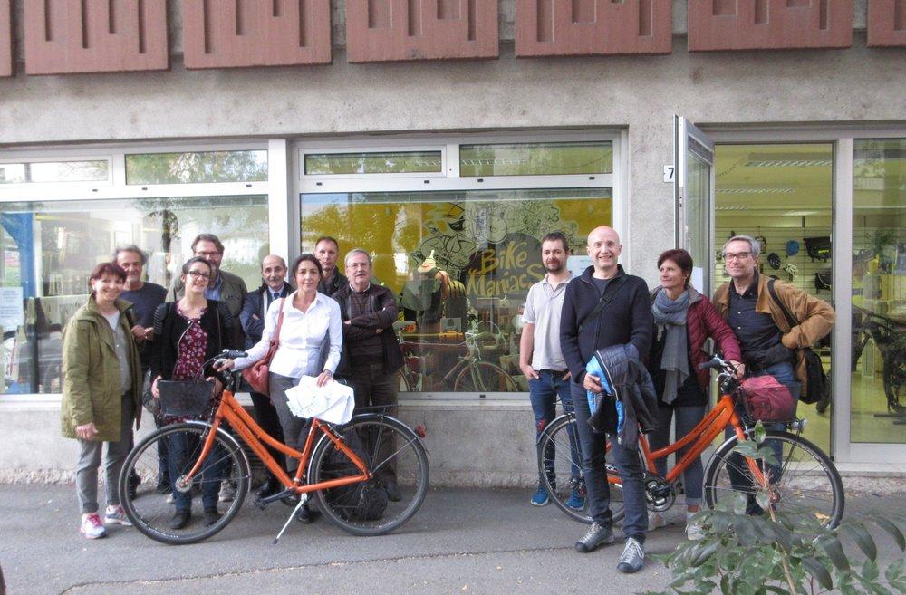 """Itinerario di Trento: i partecipanti con lo sponsor """" Prestabici """" al punto di partenza."""
