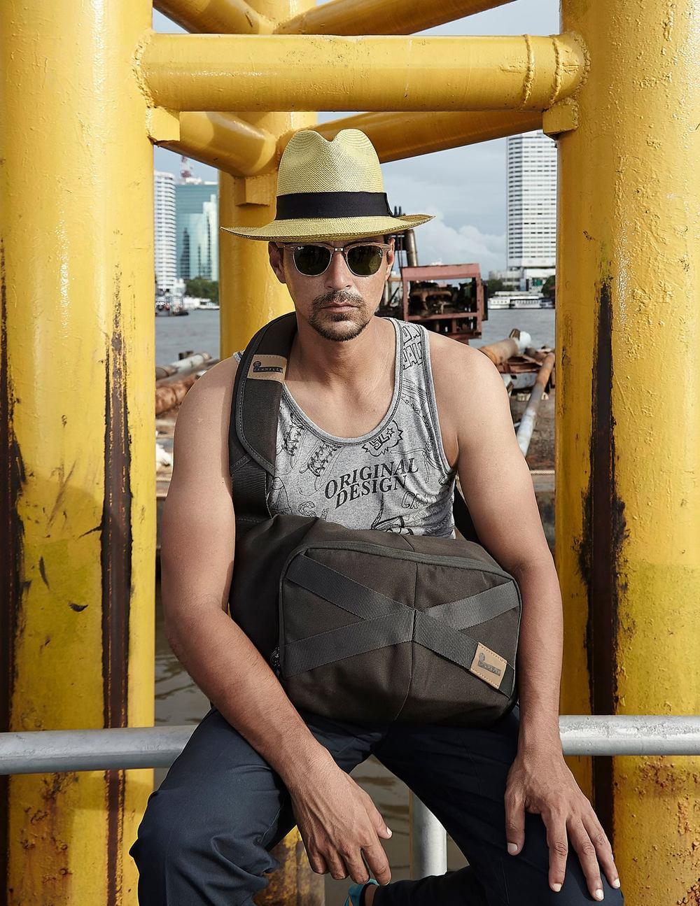 Tank top: Singha life / Pants: Playhound / Bag: Crumpler