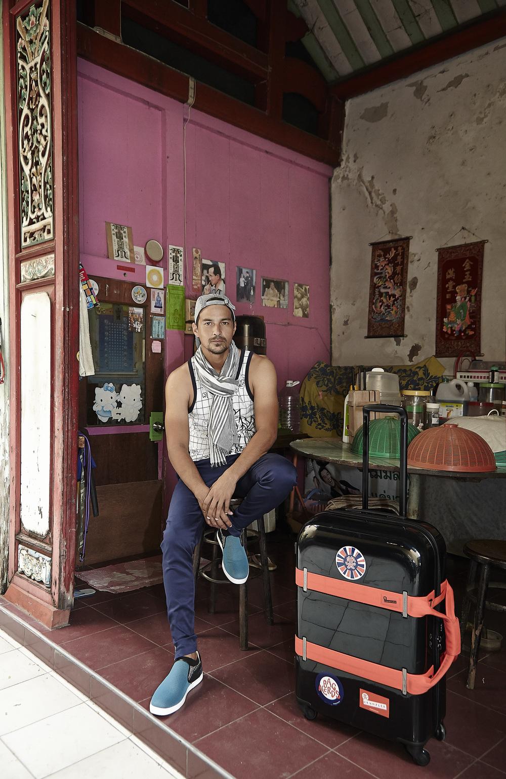 Tank top: Singha life / Pants: Playhound / Shoes: Christian Louboutin / Luggage: Crumpler