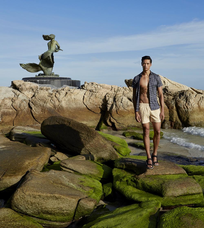 รูปปั้นนางเงือก รักแท้ หาดทรายแก้ว  shirt : Armani Exchange / trunk : TIMO