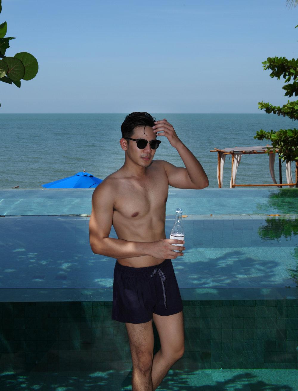 shorts : Fri 27 Nov. / sunglasses : Mister Hoots Brand