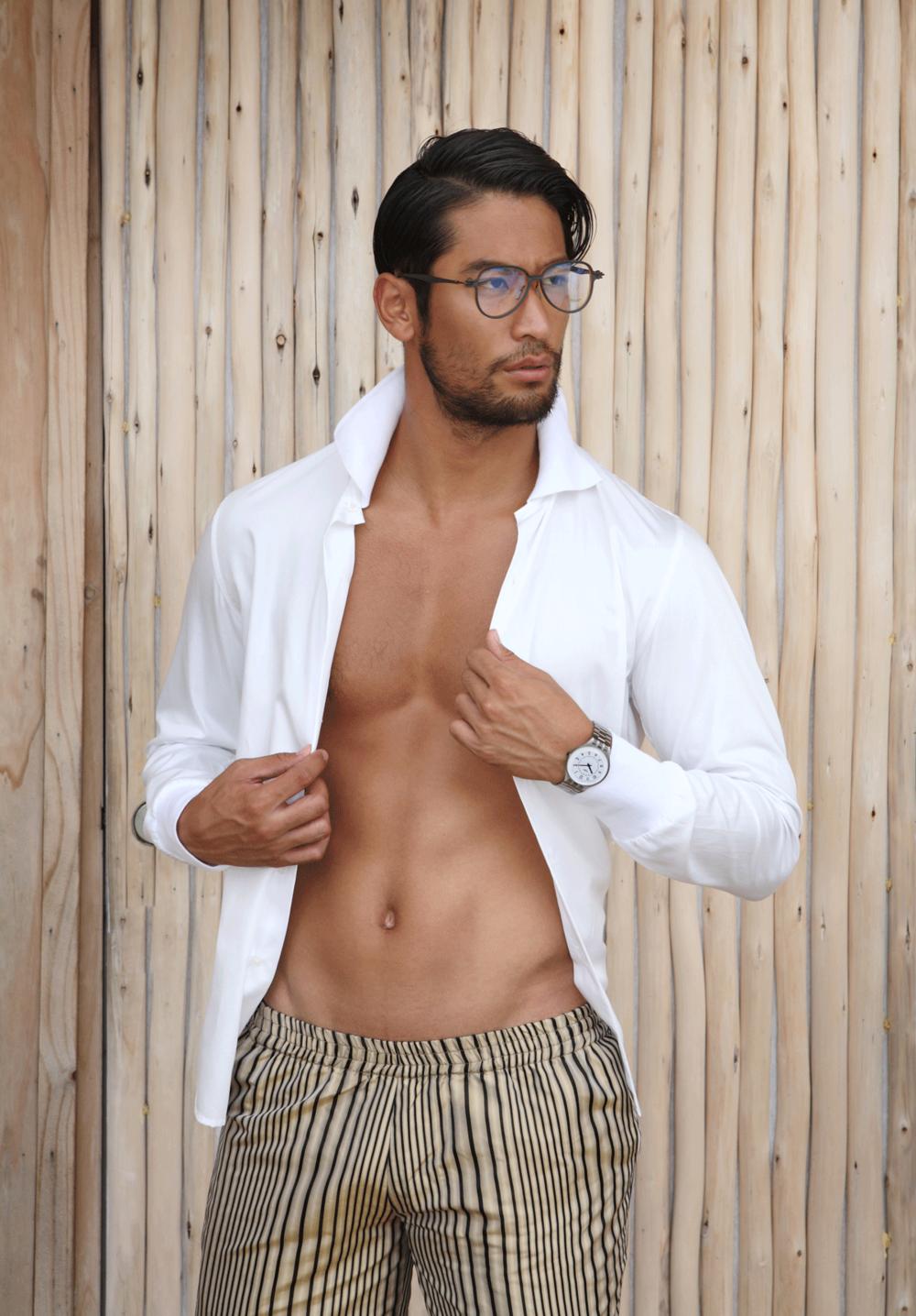 clothes : SARIT / eyeglasses : TAVAT / watch : SWATCH SKINSTEPS