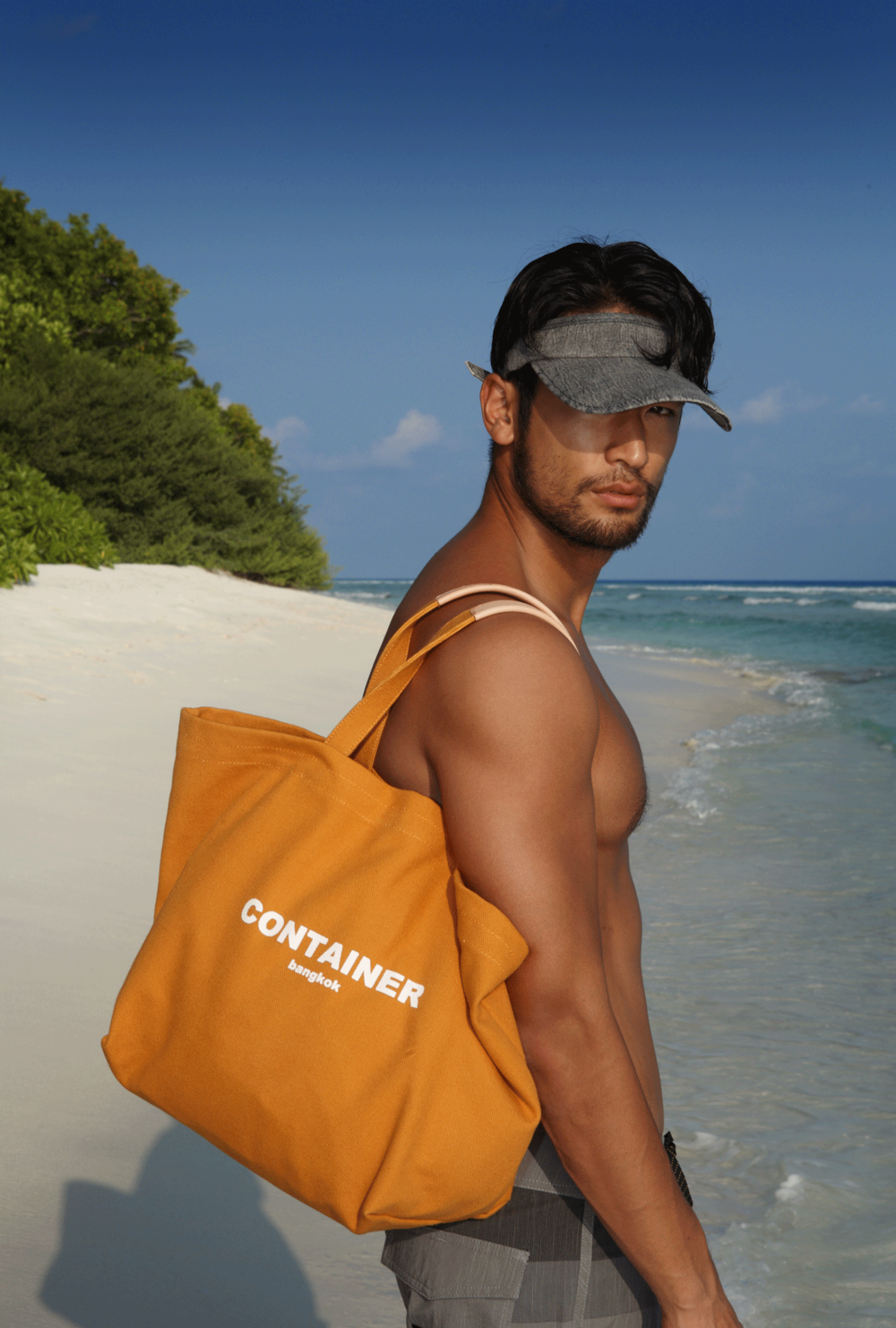 shorts : NOXX / cap : QUIKSILVER / bag : CONTAINER