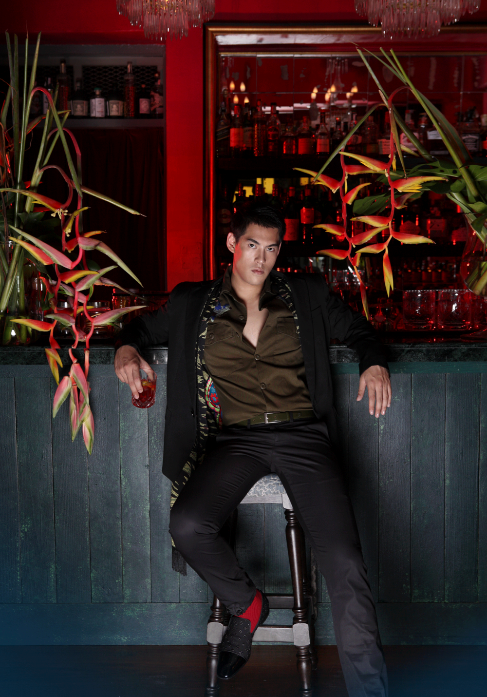 shirt : GINGER / suit : SARIT / shoes : Christian Louboutin