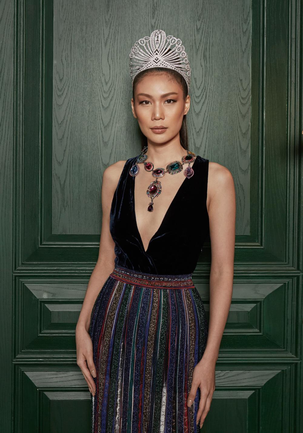 clothes : MISSONI / necklace : Butler & Wilson LONDON
