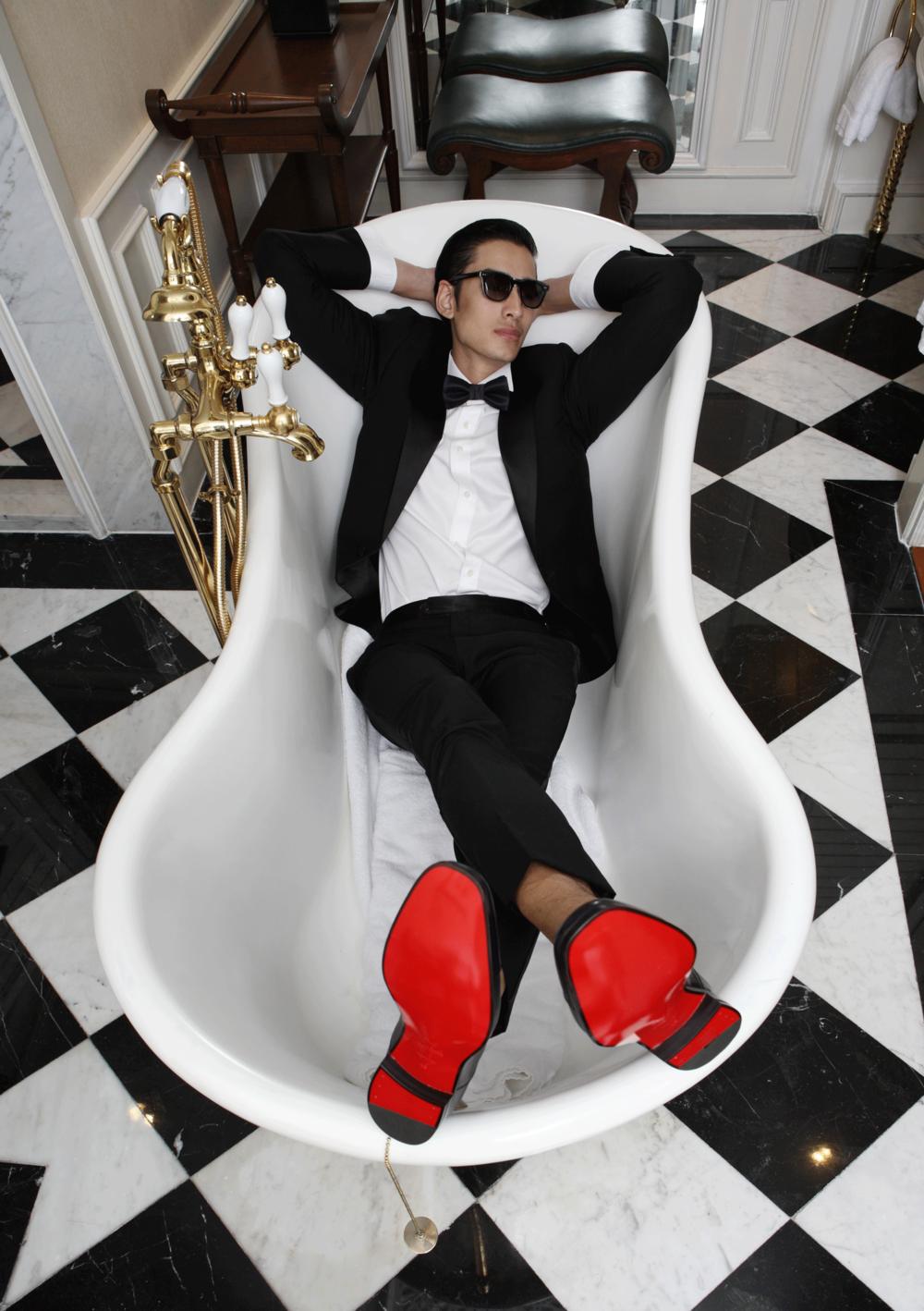 clothes : VVONSUGUNNASIL / shoes : Christian Louboutin / sunglasses : Blake Kuwahara