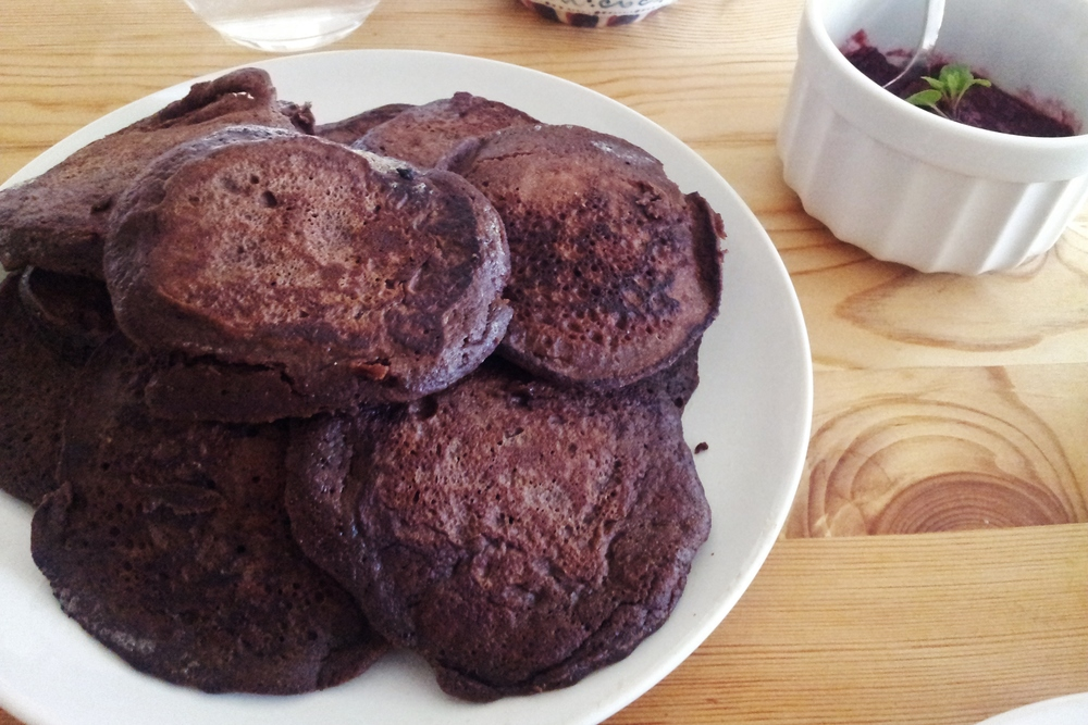 chocolate banana pancakes | seekthewelfare