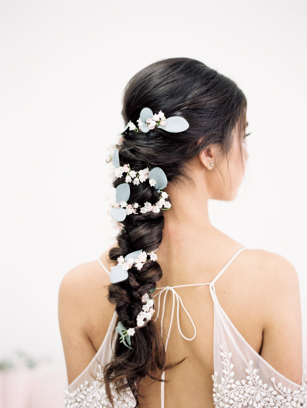 flower-garland-braided-bridal-hairstyle-with-flowers
