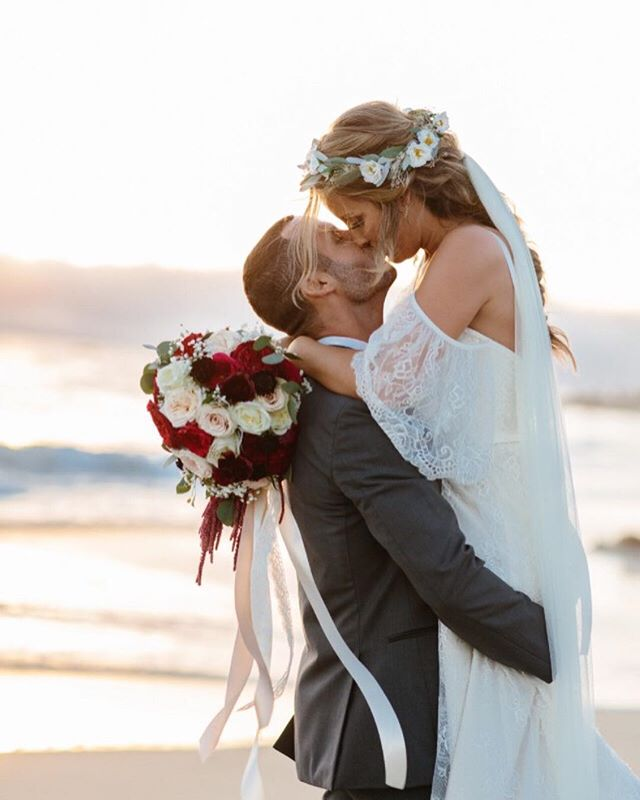 Soaking in the rest of summer and all of the beautiful beach weddings at sunset like this sweet day captured by @thedelauras against cotton candy skies.  The beautiful bride, @itsmedarcyfellona wore the Emily Crown🌿 and gorgeous lace dress by @loveandlacebridalsalon. They celebrated their love on the shores of Laguna Beach!🌊 ⠀⠀⠀⠀⠀⠀⠀⠀⠀ Do you know what else will be happening in Laguna Beach? 👉🏻My next flower crown workshop! Sign up in the link in bio to be notified of all the details coming soon.💗🌸🌿 ⠀⠀⠀⠀⠀⠀⠀⠀⠀ ⠀⠀⠀⠀⠀⠀⠀⠀⠀ #flowercrown #bridalflowercrown #beachwedding #bridalhair #bridalstyle