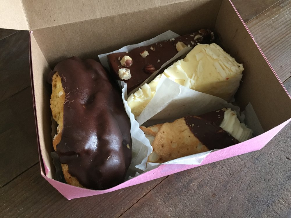 Box break down: Éclair, dulce de leche cake, limoncello and a cannoli.