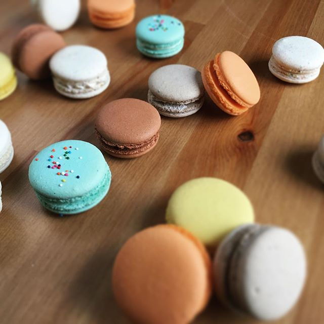 It's Friday!!! Here's to the weekend, y'all. And spring break next week! We are looking forward to some time off. Aren't you? Any spring break plans for anyone?? . . . . #macarons #shopsmall #frenchmacarons #dallasevents #dallasbaker #birthdayparty #wedding #dallasweddings #fortworthweddings
