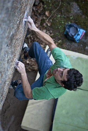Figure 1. Can you name what kind of grip this climber is using with his left hand? ¿What about his right hand? Climber: Pablo Beltrán on El cachalote, 7C+ (El Escorial; Madrid). Photo: Javipec www.javipec.com