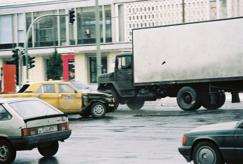 """Foto einer Stuntszene """"2nd Unit"""" von den Dreharbeiten der """"Bourne Verschwörung"""" in Berlin, Karl-Marx-Allee   Fotograf: unbekannt"""