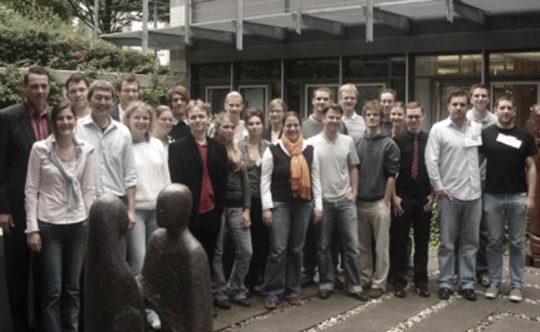 """Die CA 2007 fand vom 3. bis 7. September 2007 in den Räumen der Plansecur Akademie in Kassel statt. Gastgeberin war die Plansecur Stiftung. Schwerpunkt: """"Unternehmensverantwortun und Konsum"""""""
