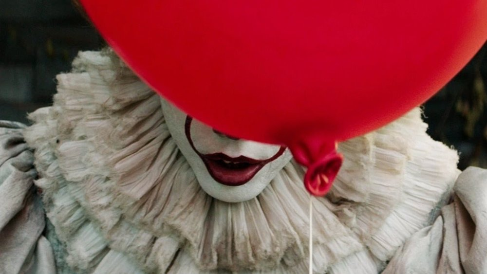 Bill Skarsg å rd plays Pennywise the Dancing Clown in Andrés Muschietti's new adaptation of  It