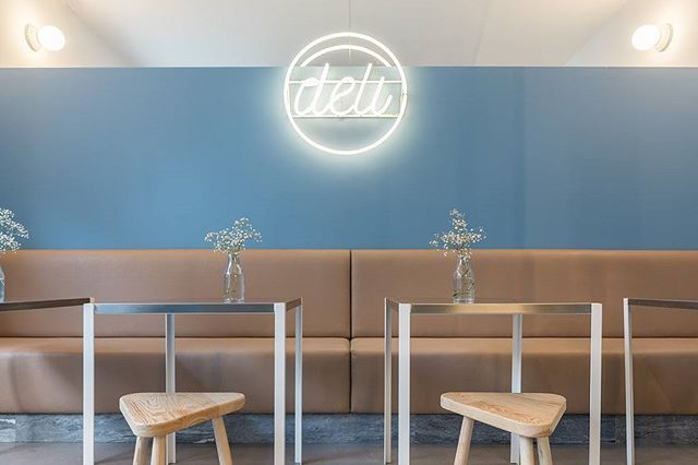 hoje em #portuguesematters - DELI, uma cafetaria minimalista pensada pelo atelier @dc.ad no bairro do Príncipe Real, em Lisboa - today on #portuguesematters - DELI, a minimalist cafeteria designed by @dc.ad studio in the Principe Real neighbourhood, Lisbon - 📷: @francisconogueira + http://www.portuguesematters.com/blog/2017/8/9/deli  #arquitectura #arquitetura #architecture #arquitecturaportuguesa #portuguesearchitecture #interiordesign #cafetaria #minimal #dcad #portugal #lisboa #lisbon