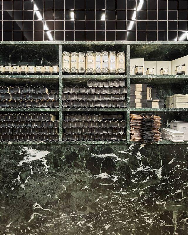 hoje em #portuguesematters -MANTEIGARIA, a fábrica de pastéis de nata no Mercado da Ribeira, em Lisboa, pelo studio @dc.ad (link na bio) - today on #portuguesematters -MANTEIGARIA,the custard tarts' bakery in the Ribeira Market, in Lisbon, by studio @dc.ad (link in bio) - 📷: @francisconogueira +https://www.portuguesematters.com/blog/2018/1/22/manteigaria-dcad  #arquitectura #arquitetura #architecture #arquitecturaportuguesa #portuguesearchitecture #comercio #loja #mercado #market #shopdesign #interiores #interiordesign #marmore #marble #manteigaria #timeoutmarketlisboa #mercadodaribeira #dcad#portugal #lisboa #lisbon