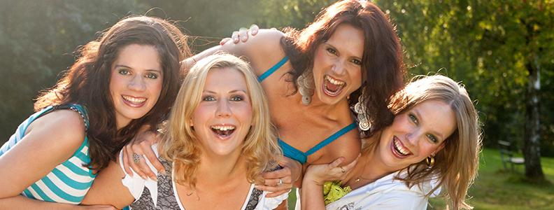 KVINDERS HORMONER, FERTILITET OG SKØNHEDSPLEJE    Take-away fra foredraget:   - Strategier for bedre østrogen balance  - Fakta om brystcancer  - Top 10 superfoods for hormonel harmoni  - 8 sundhedstips til bedre fertilitet  - 3 ting at tjekke hvis du ikke kan blive gravid  - Kostmyter og slankekure  - Hvorfor kvinder IKKE trives på samme kost som mænd! Hint: serotonin  - Naturlig hudpleje fra dit køleskab