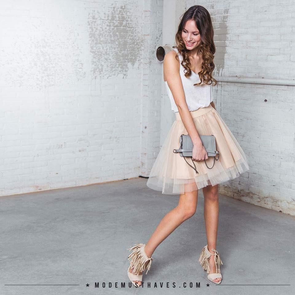 Verliefd op deze combi van Modemusthaves: tule rok en sandalen met franjes