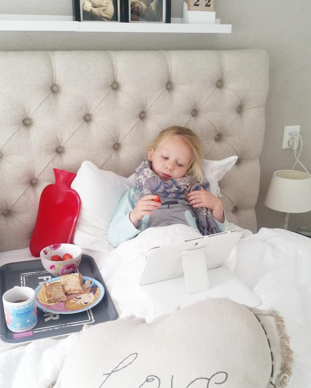 Een warme sjaal en kruik voor haar nekje en een verwenontbijtje op bed.