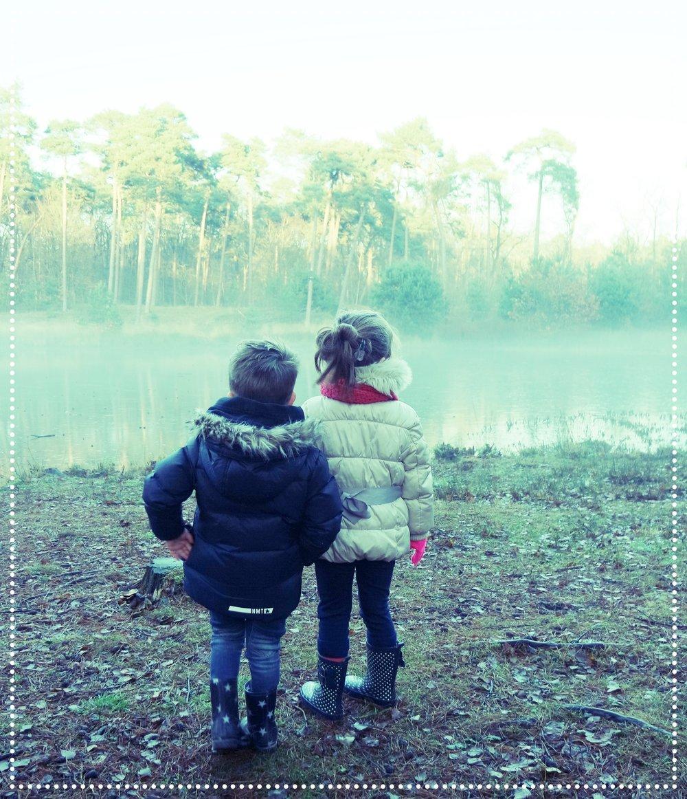 Samen met onze nichtjes erop uit voor een mistige winterse wandeling. Daarna lekker opgewarmd en gespeeld bij Groot Speijck in Oisterwijk.