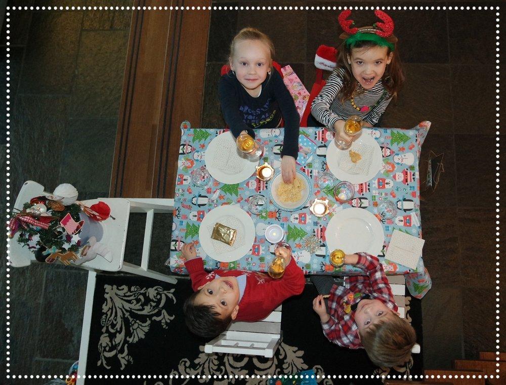De kindertafel met kerst, altijd een succes! Hoe we de kerstdagen verder gevuld hebben kun je een paar blogs terug lezen :).