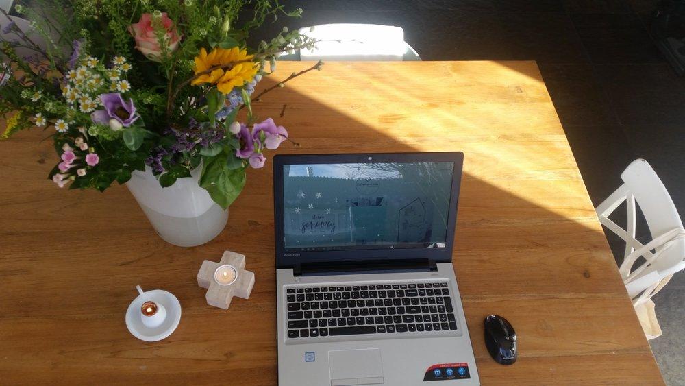 Ik kreeg een mooie bos bloemen van een lieve vriendin. Dat maak het bloggen gelijk een stuk gezelliger aan tafel!