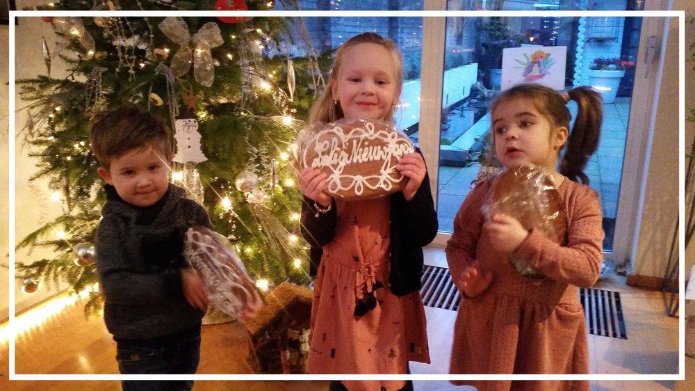 Traditie op nieuwjaarsdag: nieuwjaarskoeken in ontvangst nemen bij Opa en Oma. De papa's en mama's proosten op het nieuwe jaar!