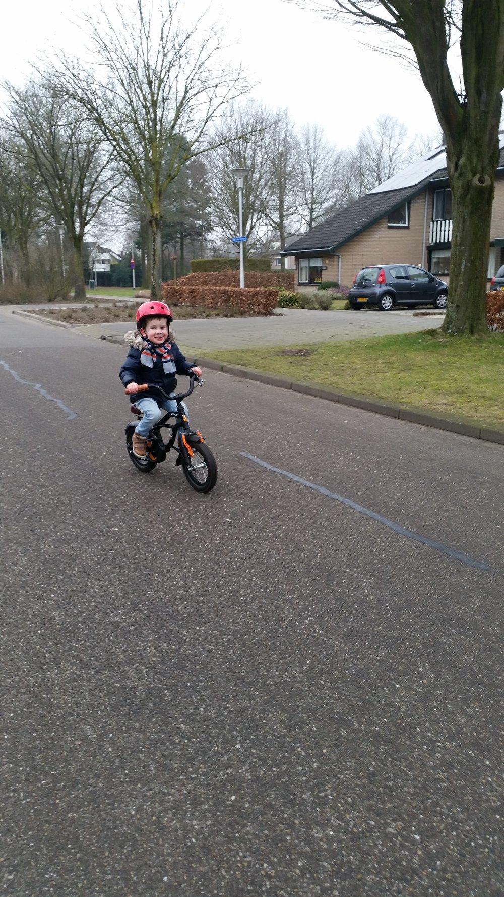 Hij fietst!!!! Dankzij de loopfiets ging het leren fietsen van James een stuk makkelijker dan bij Julie. We moeten nog een beetje oefenen met opstappen en wegfietsen, maar remmen is onder de knie! #trotsopmijnmannetje