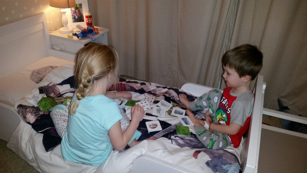 Steeds vaker van dit soort ochtenden.... Als de wekker nog niet gegaan is, spelen ze samen op hun kamertje. Zo lang dat niet gepaard gaat met ruzie vinden we het niet erg dat ze dan toch al wat eerder wakker zijn dan eigenlijk de bedoeling is.