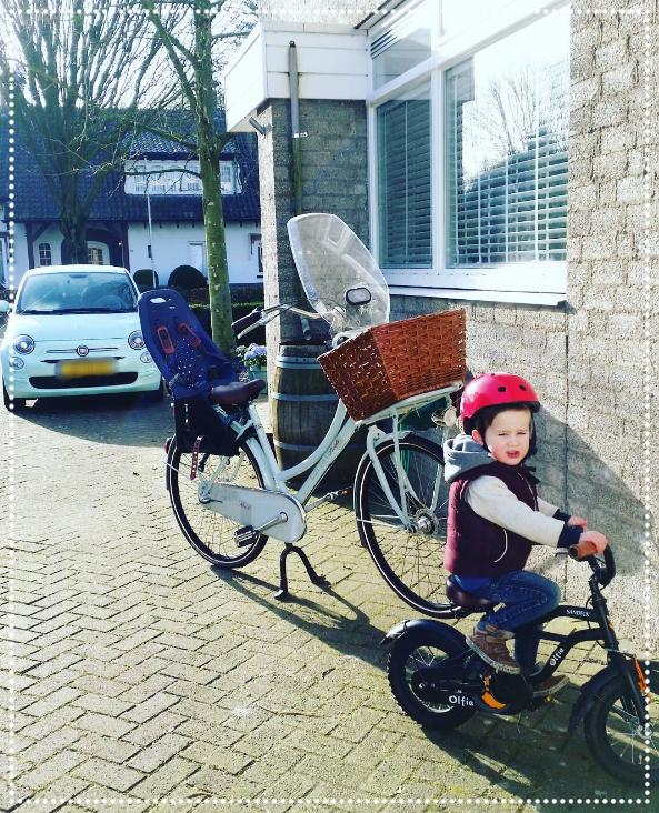 James is al goed aan het oefenen om straks ook op de fiets naar school te kunnen.