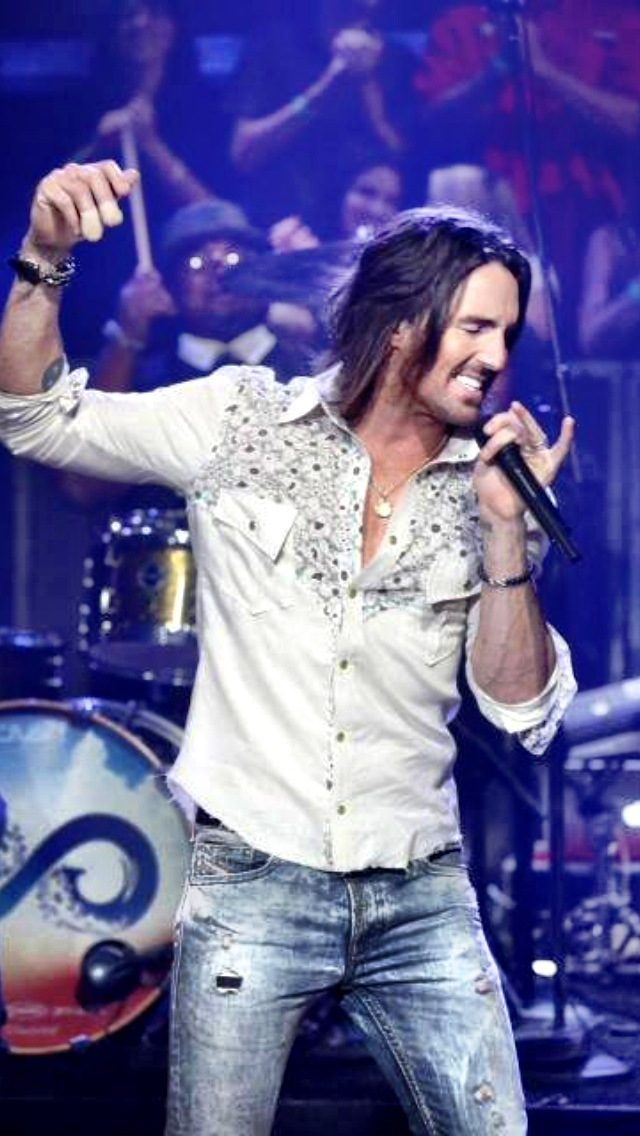 """Jake Owen in a Roxenstone shirt performing on """"Late Night with Jimmy Fallon"""""""