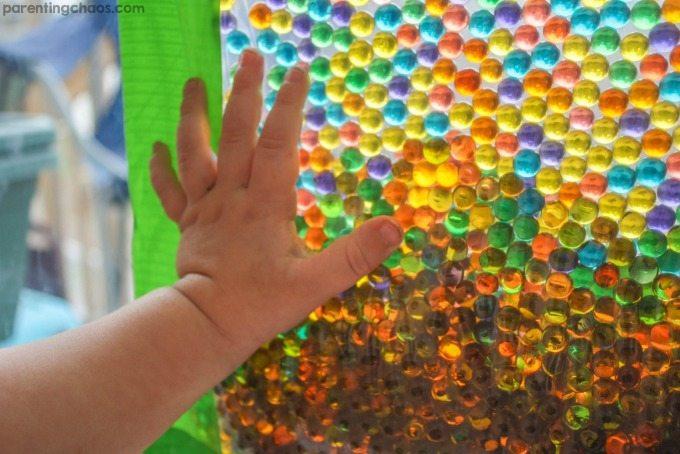 SOURCE: http://parentingchaos.com/water-beads-sensory-window-bag/